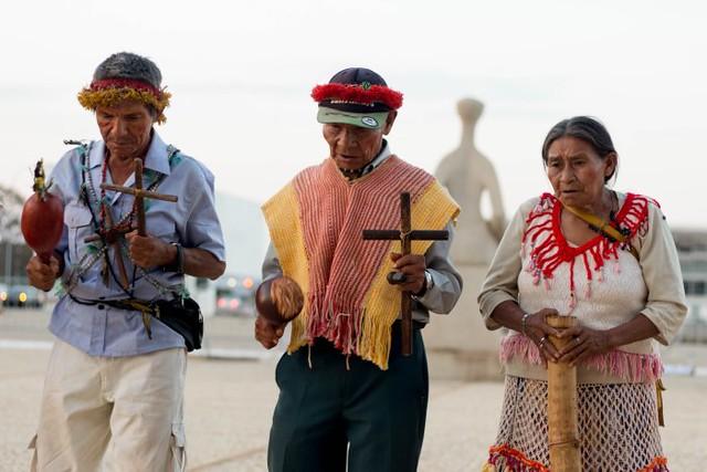 Rezadores e rezadoras guarani e kaiowá em frente ao STF, durante esta semana - Créditos: Tiago Miotto/Cimi