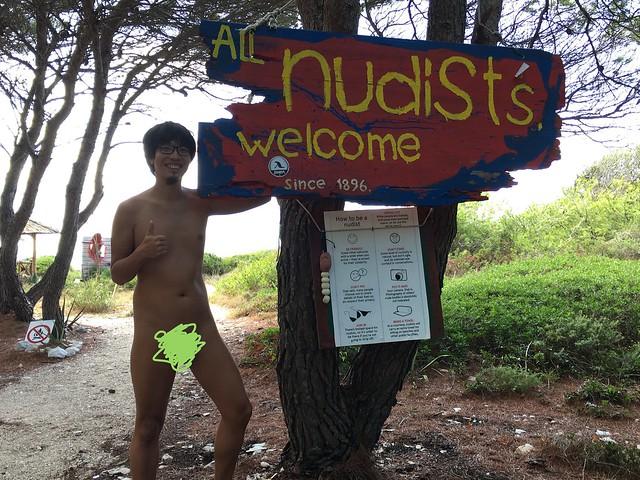 歴史あるヌーディストビーチ。醜いお腹ですみません。