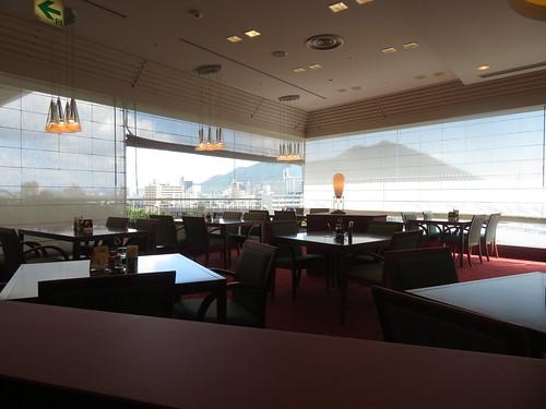 小倉競馬場のフィンズレストランの内観