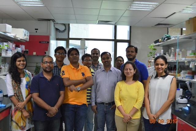 डॉ गोपालजी झा (अगली पंक्ति में दाएं से तीसरे स्थान पर) शोधकर्ताओं की टीम के साथ