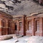Afbeelding van Triclinium in de buurt van Petra. triclinium petra jordan