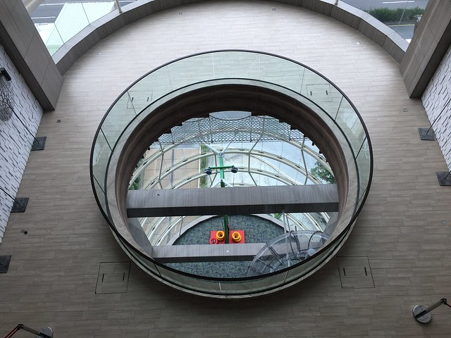往下看,樓下有透明的長長溜滑梯,後來我才知道是收費項目。XD@屏東恆春墾丁怡灣渡假酒店