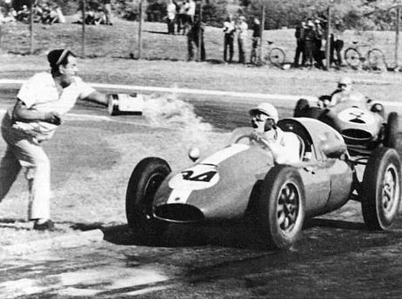Харри Шелл, вождения своего купера, управляет бороться с жажды во время Гран-при f1 1960 года.