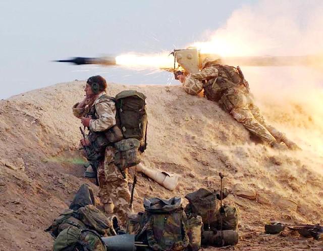 Σε ένα πόλεμο υψηλής έντασης το βάρος του αγώνα σε μέσες και μεγάλες αποστάσεις αναλαμβάνουν τα βαρέα όπλα Πεζικού όπως ο εικονιζόμενος MILAN στο Ιράκ το 2003. Παρατηρείστε επίσης τον φόρτο των Βρετανών Πεζοναυτών.