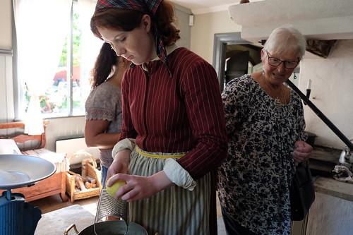 Matlagning pågår i köket.