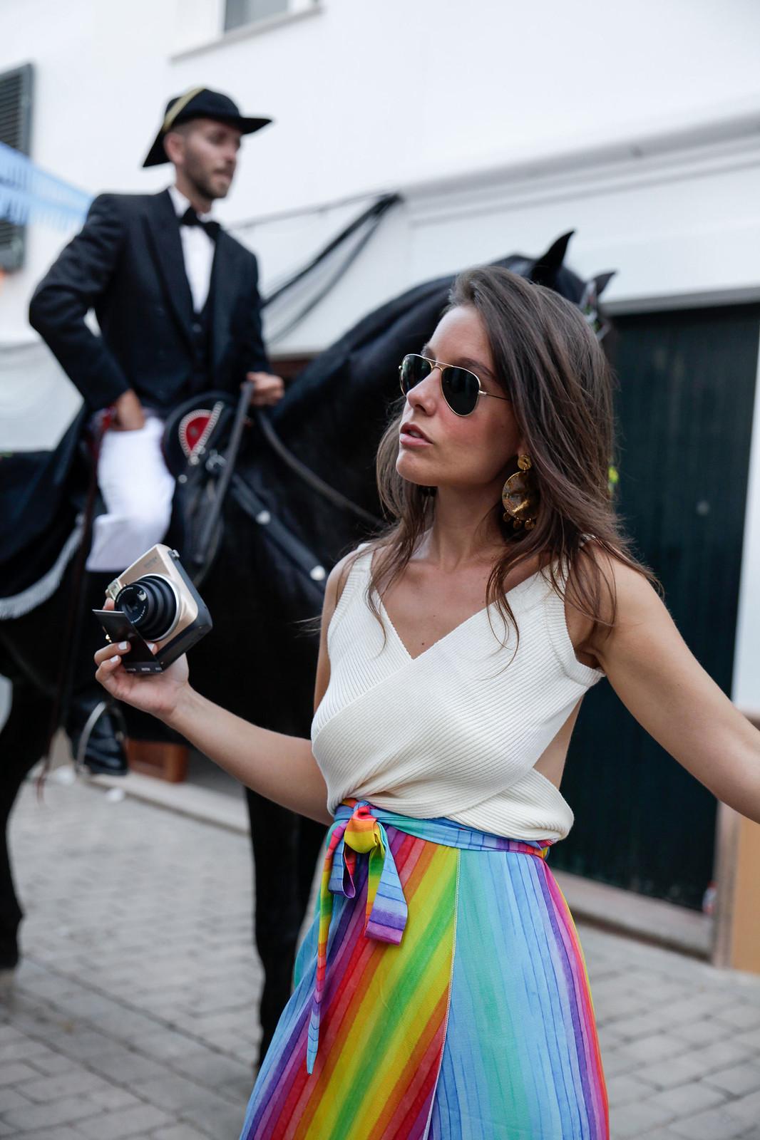 016_falda_arcoiris_top_crudo_look_fiestas_menorca_verano_theguestgirl_fashion_blogger_minorca_summer_laura_santolaria_rayban_sunglasses