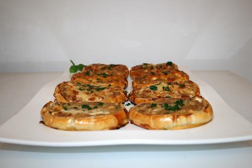 33 - Ground meat puff pastry roll  - Side view / Hackfleisch-Blätterteig-Schnitten - Seitenansicht