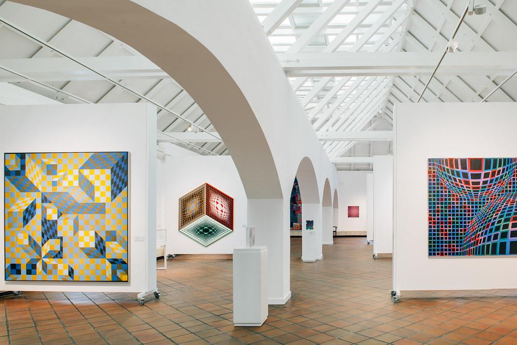 Salle lumineuse et spacieuse dans le musée Vasarely de Budapest. Photo © Makrai Péter.