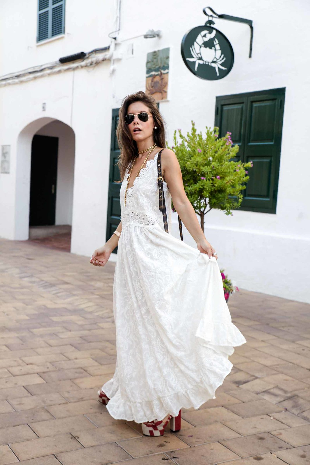 03_vestido_blanco_ibizenco_miss_june_long_dress_outfit_rayban_louis_vuitton_bag_outfit_streetstyle_influencer_barcelona_theguestgirl_the_guest_girl_barcelona_influencer