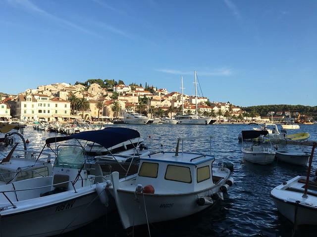 フヴァル島のフヴァルという街。クロアチアは港町がカワイイ。