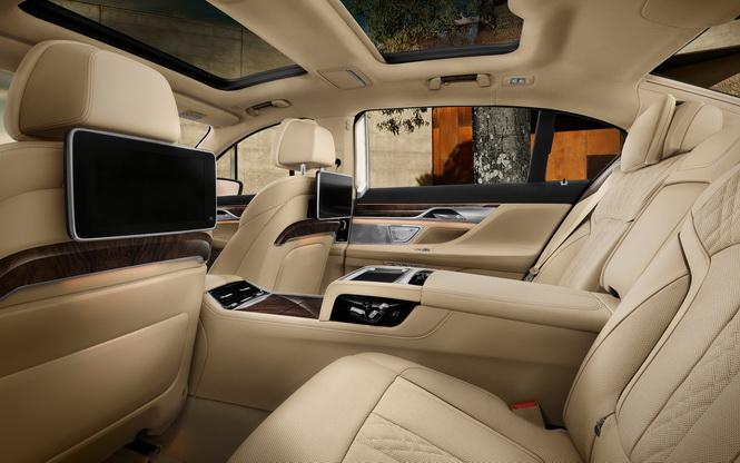 [新聞照片二] BMW大7系列豪華旗艦房車,提供獨家安全科技與豪華舒適的乘坐體驗