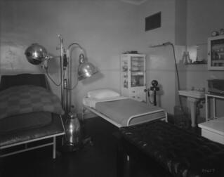 Château Laurier Hotel, electrical treatment room, therapeutic department, Ottawa, Ontario / Hôtel Château Laurier, salle de traitement électrique, service thérapeutique, Ottawa (Ontario)