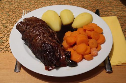 Pferdefleischrouladen mit Salzkartoffeln und Möhrengemüse