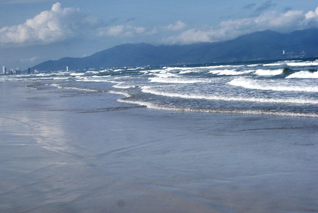 Plage entre les Montagnes de marbre et Da Nang au Vietnam. La presqu'île de Thọ Quang en arrière fond.