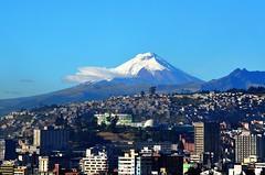 Quito, al fondo el volcán Cotopaxi.