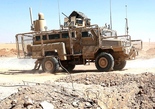 ©AP PHOTO/HUSSEIN MALLA | Ένα από τα οχήματα M1270 της οχηματοπομπής με τον πυργίσκο αισθητήρα τοποθετημένο στον ιστό.