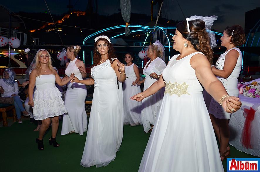 Leyla Aykanat- Gelinlikler içinde kutladılar-5