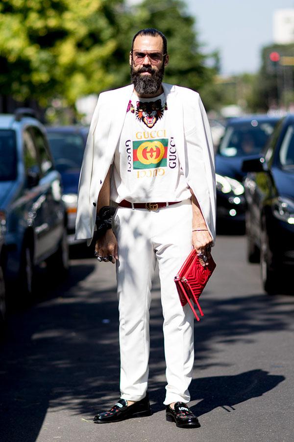 白テーラードジャケット×GUCCI白Tシャツ×白パンツ×黒ローファー