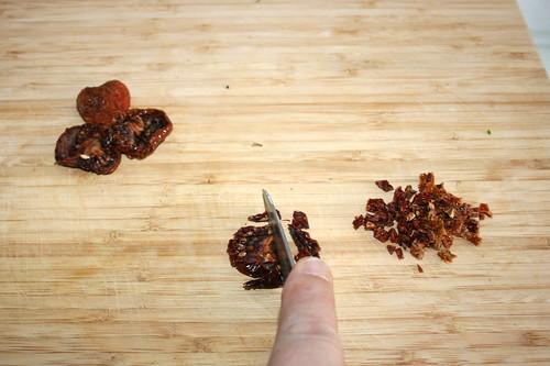 28 - Getrocknete Tomaten würfeln / Dice dried tomatoes