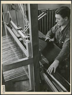 Serviceman weaving at a loom in Scarboro Hall's occupational therapy division, Toronto, Ontario / Un patient militaire utilise un métier à tisser au service d'ergothérapie de Scarboro Hall, Toronto (Ontatio)