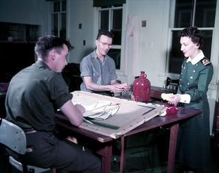 Occupational therapy work - Nurse Lt. Merkley observes Signalman M. Williams and Seaman J. Curtis are weaving a rug / Travail en ergothérapie -  L'infirmière Lt. Merkley observe le signaleur M. Williams et le matelot J. Curtis en train de tisser un t