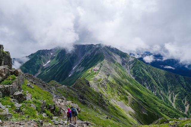 北岳山荘の背後に間ノ岳