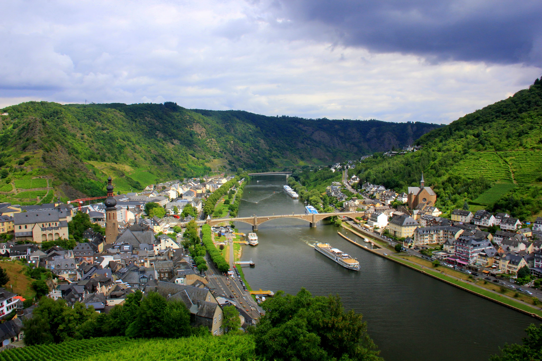 Moselle river flows through Cochem