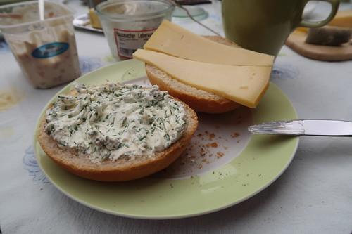 Schnittlauchfrischkäse und Gouda auf Kartoffelbrötchen