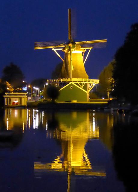 Zwolle, oliemolen de Passiebloem by night
