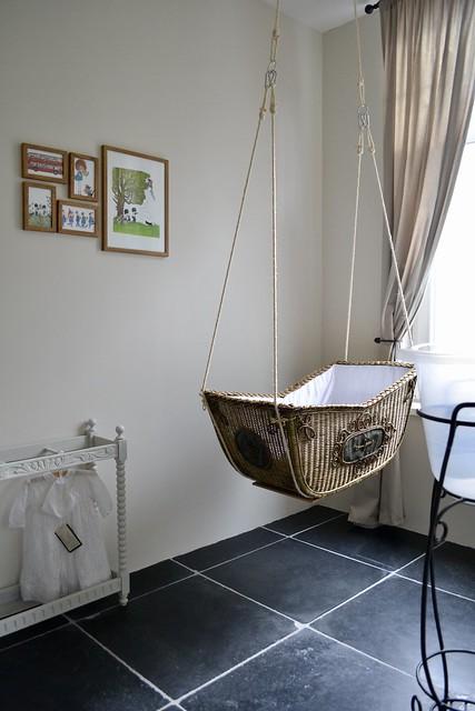 wieg aan het plafond babykamer