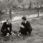 1957 05 Joschi u Fritz Haslinger im Garten sw