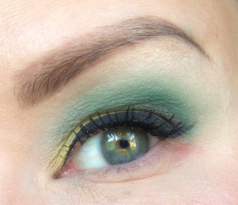vihreä silmämeikki