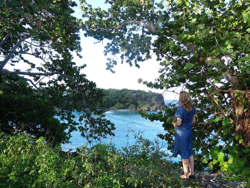 Jamaika | Tyttö ihailee jamaikalaista merimaisemaa.
