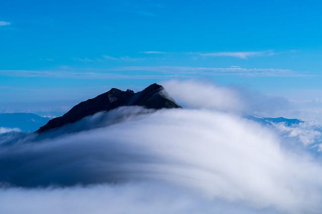 北岳山頂が雲から顔を出す