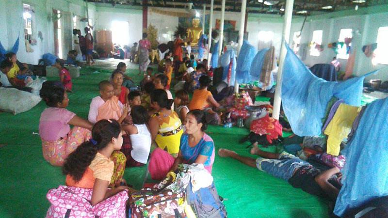 Warga Rakhine mengungsi di vihara di Sittwe setelah terjadi serangan teroris Rohingya di Maungdaw, Jumat (25/8/2017).