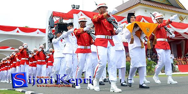 Pembawa Baki Penaikan Bendera Merah Putih, Fernanda Handini (Dini), dari SMAN 3 Kabupaten Karimun