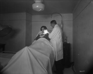 Château Laurier Hotel - patient receiving Kromayer-lamp treatment, therapeutic department, Ottawa, Ontario / Hôtel Château Laurier - une patiente reçoit un traitement à l'aide d'une lampe Kromayer, service thérapeutique, Ottawa (Ontario)
