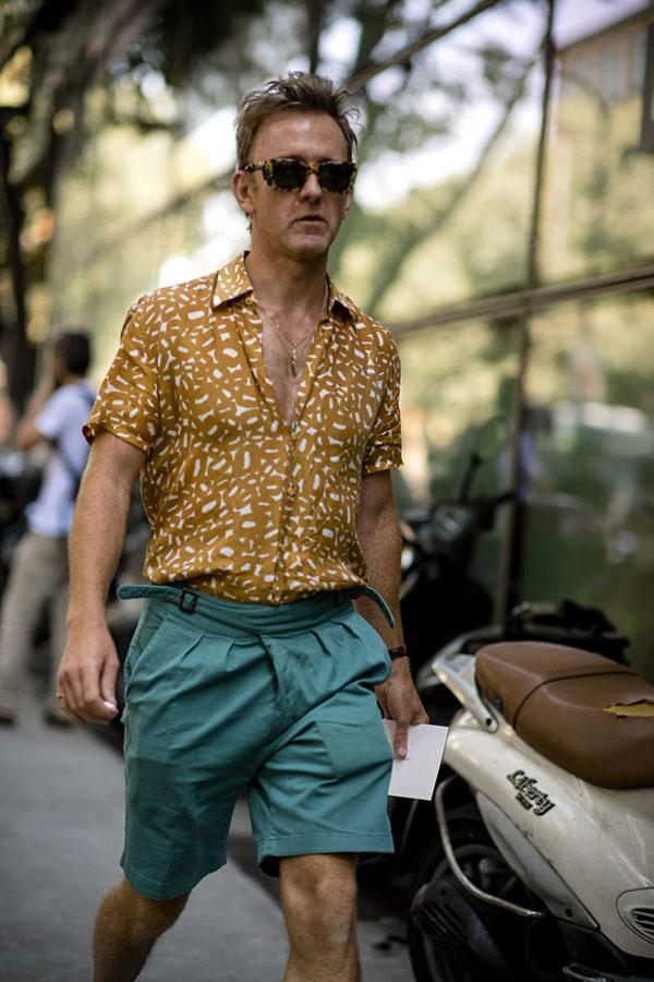 ベージュ半袖柄シャツ×グリーンショートパンツ