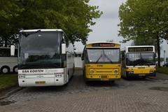 Van Hool Acron T915 (BL-VH-67), Den Oudsten Leyland DVM (Stichting Museumbus 1698 / BB-31-LD) en Mercedes-Benz O 405 ZWN 4408 (Stichting Youngtimer Bussen / VK-29-BR) op de parkeerplaats in Drimmelen 09-09-2017