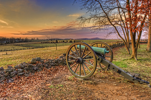 gettysburg pa pennsylvania adamscounty gettysburgcampaign gettysburgnationalmilitarypark battlefield history civilwar american usa unitedstatesofamerica seminaryridge confederateavenue sunrise dawn twilight colorful clouds sky m185712poundernapoleon gun cannon artillery hdr highdynamicrange