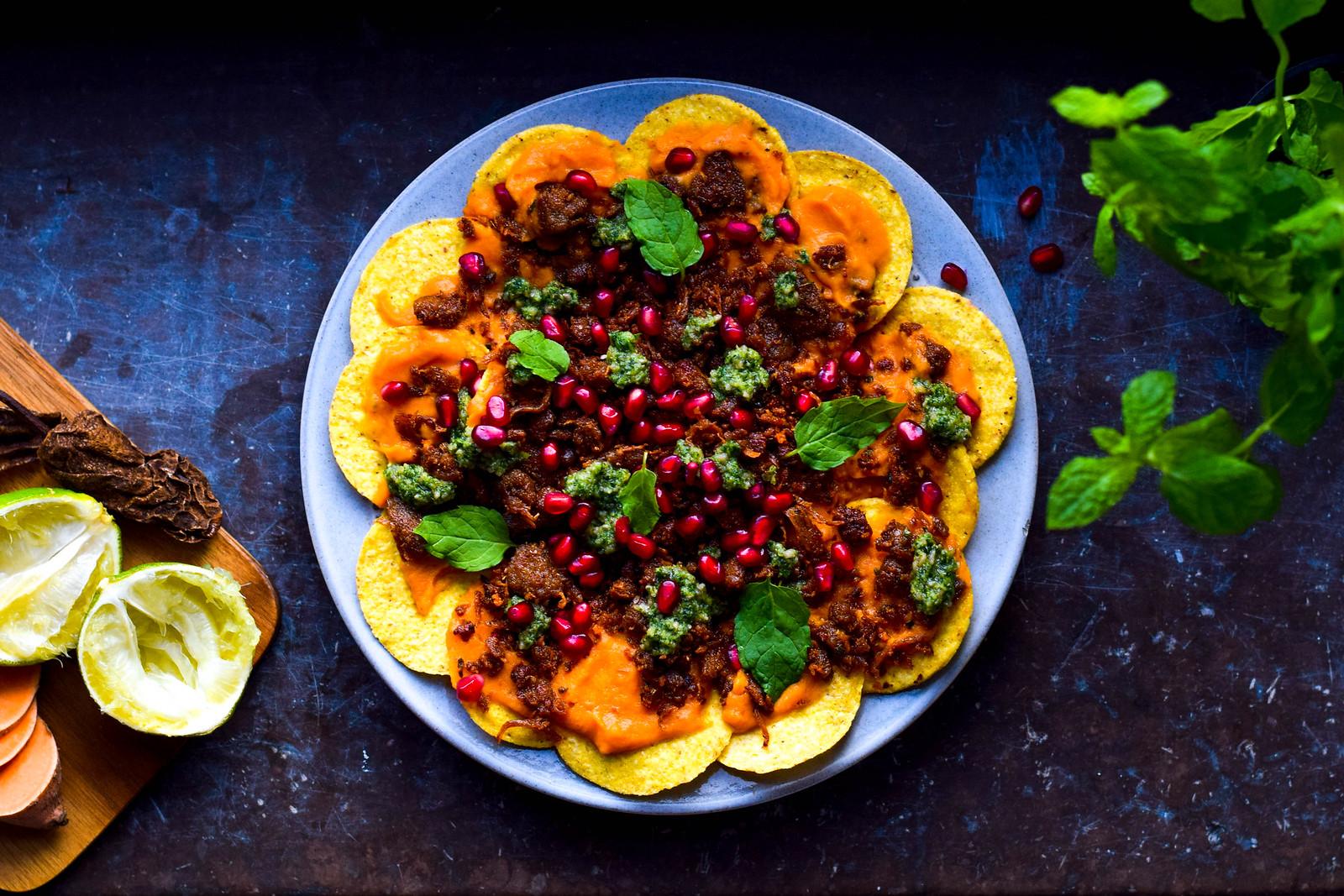 Nachos med sötpotatiskräm, myntapesto & pulled oats
