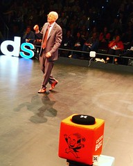Seth Godin's audience microphone is pretty cool (the orange box) #dsdc