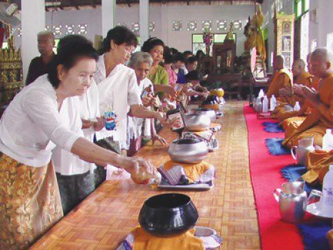Di Thailand persembahan madu pada perayaan Purnama Madu disebut Tak Bat Nam Phueng.