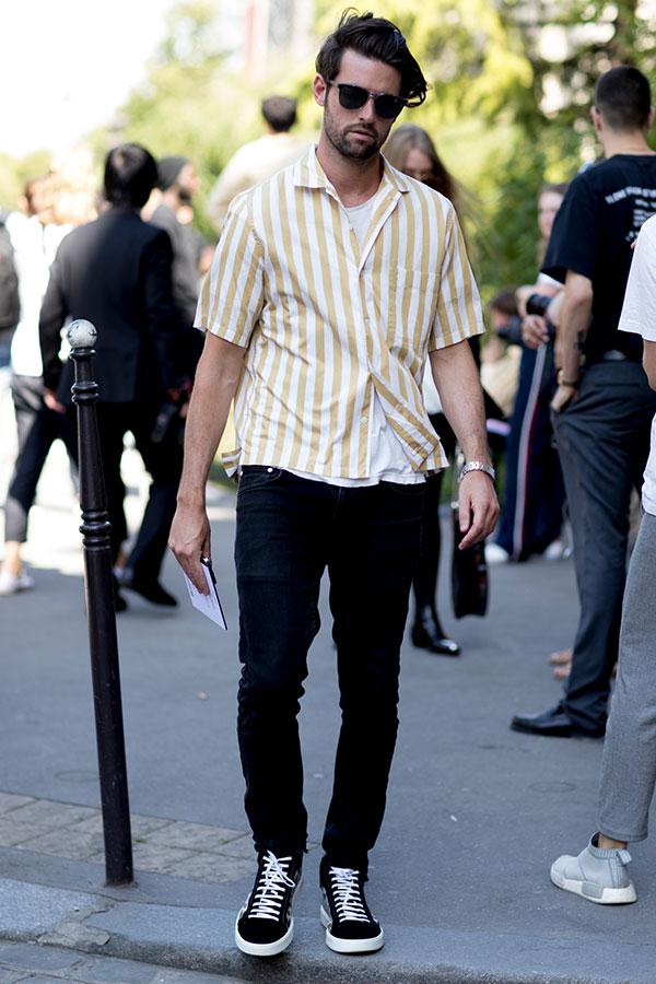 黄白ストライプ半袖シャツ×白Tシャツ×ブラックジーンズ×黒ハイカットスニーカー