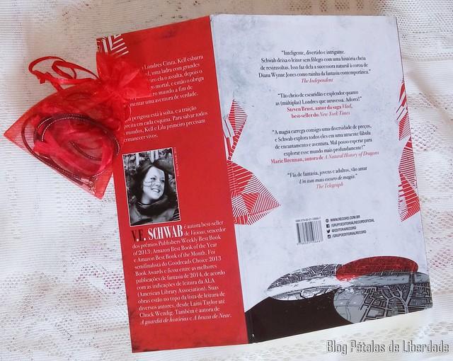 Livro Um tom mais escuro de magia V E Schwab (4)