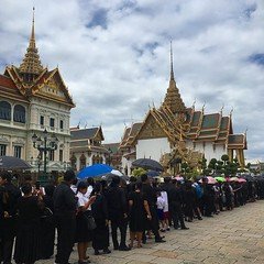 Thai people waiting to pay respects to the king's remains