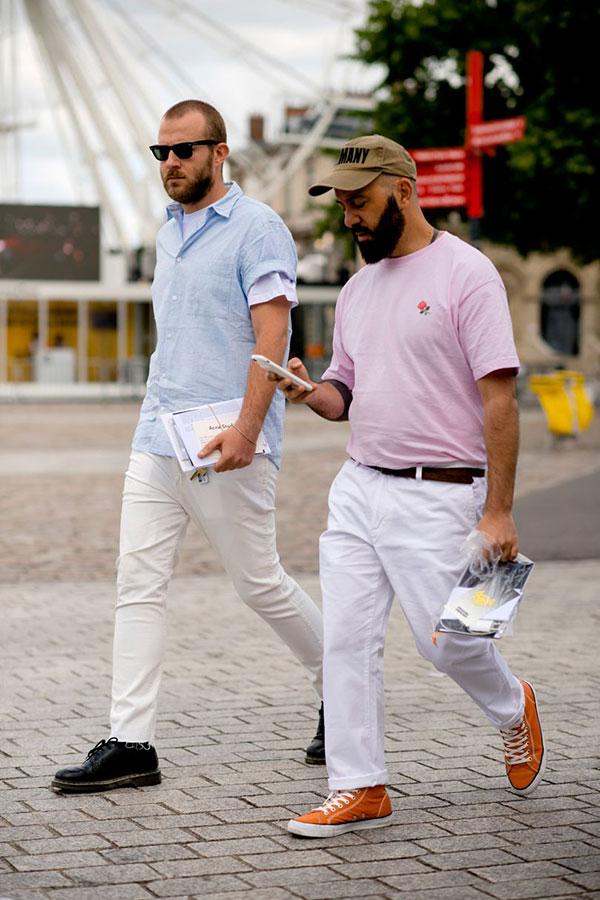 ライトブルー半袖シャツ×白パンツ×黒ローカットブーツ&ピンクTシャツ×白パンツ×オレンジスニーカー