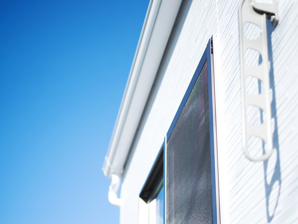 青空と住宅の二階部分