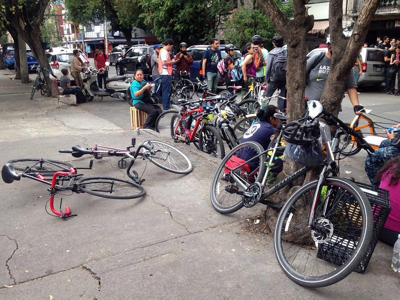 Ciclistas voluntarios en la calle de Chihuahua en la colonia Roma, descansado en un comedor comunitario