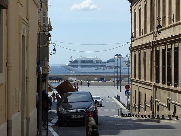 au fond de la rue, un ferry